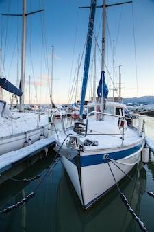 Vista invernal de un puerto deportivo en trondheim grilstad