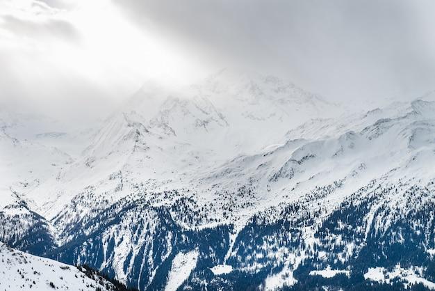 Vista invernal sobre el valle en los alpes suizos, verbier, suiza