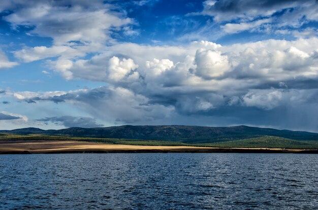 Vista de una isla bajo el cielo azul