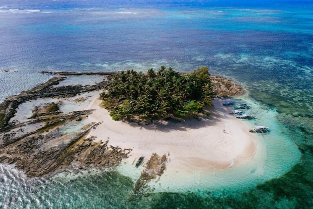 Vista de la isla de guyam desde el cielo. disparo tomado con drone sobre la hermosa isla. concepto sobre viajes, naturaleza y paisajes marinos