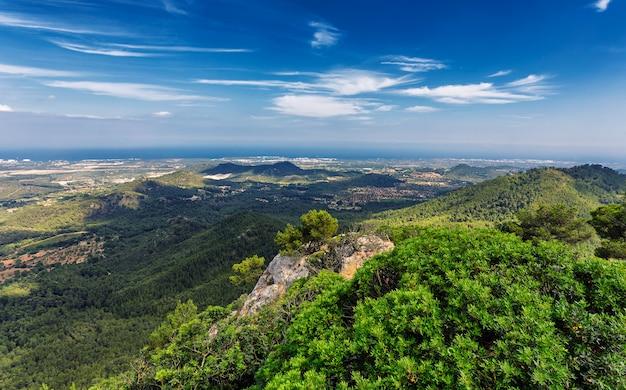 Vista de la isla de mallorca con colinas y bosques desde la montaña en felanitx