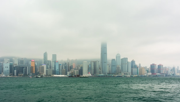 Vista desde kowloon a la zona económica en la isla de hong kong