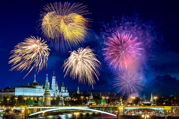 Vista del kremlin con fuegos artificiales durante la hora azul en moscú, rusia.