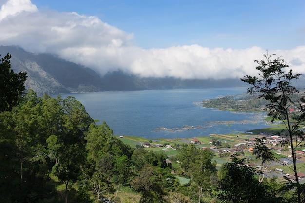 Vista del lago batur y el pueblo kintamani, isla de bali