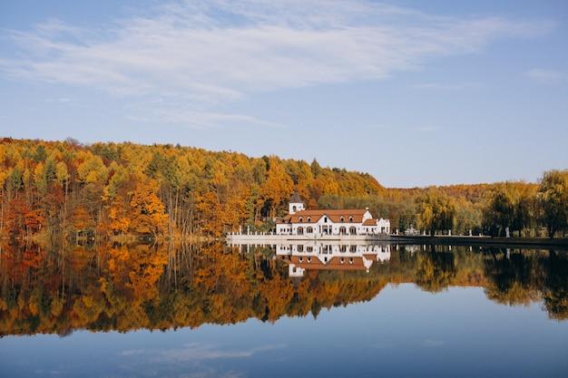 Vista del lago del castillo