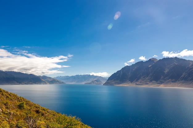 Vista del lago hawea en un día soleado de verano, nueva zelanda