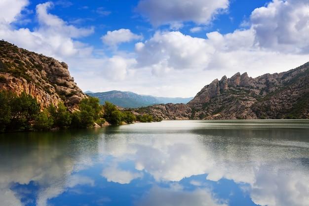 Vista del lago de las montañas