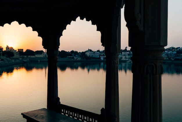 Vista del lago pushkar en rajasthan, india