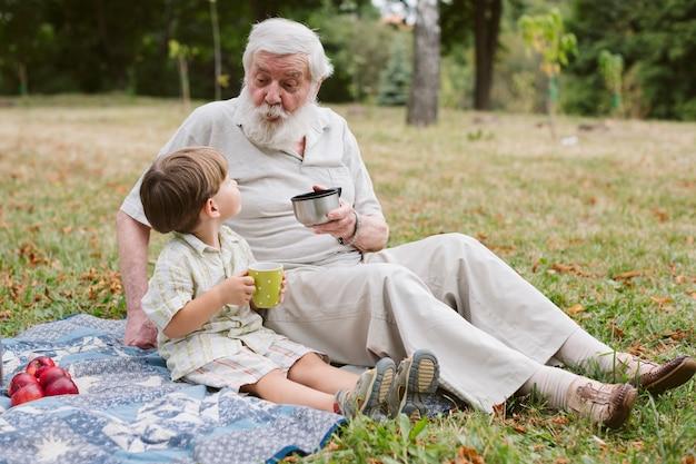 Vista lateral con abuelo y nieto