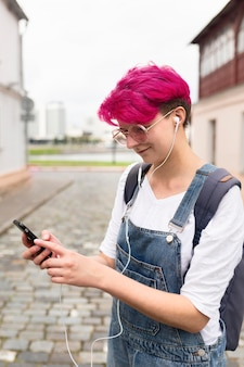Vista lateral adolescente con auriculares