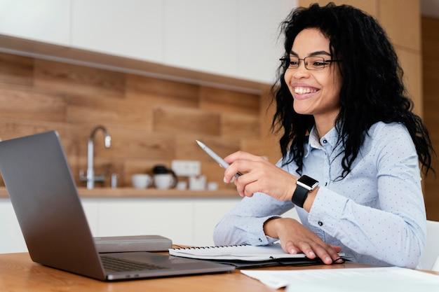 Vista lateral de una adolescente en casa durante la escuela en línea