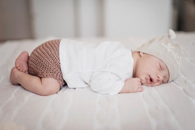 Vista lateral adorable niño pequeño durmiendo