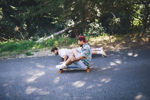 Vista lateral de amigos skateboarding
