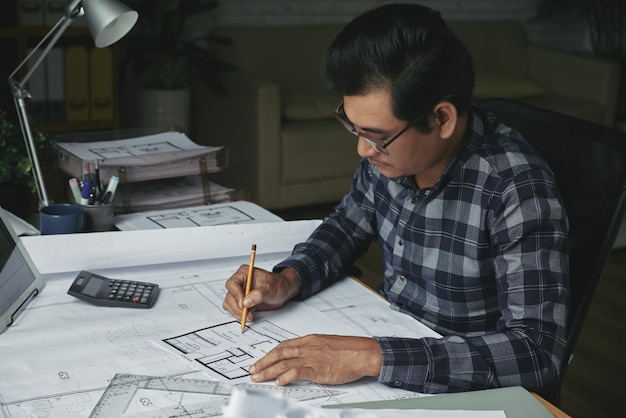 Vista lateral del arquitecto que desarrolla el proyecto inmobiliario