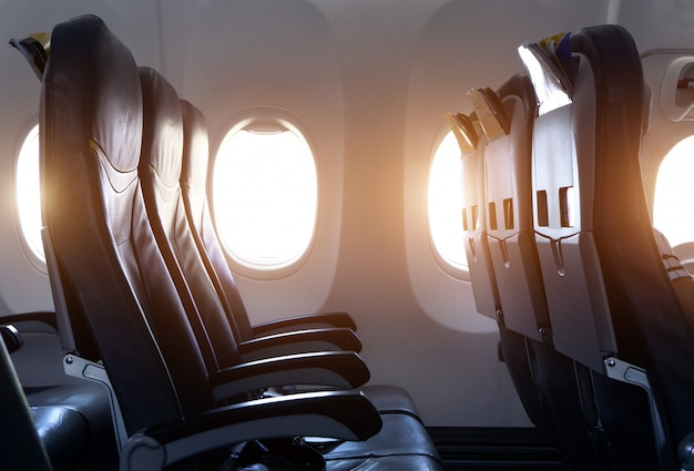 Vista lateral del asiento del avión vacío en el avión antes del despegue