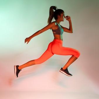 Vista lateral del atleta corriendo