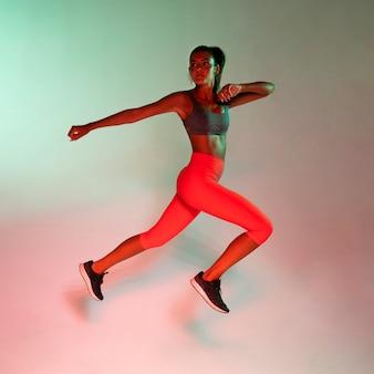 Vista lateral del atleta haciendo ejercicio