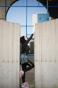 Vista lateral del atleta con hijab