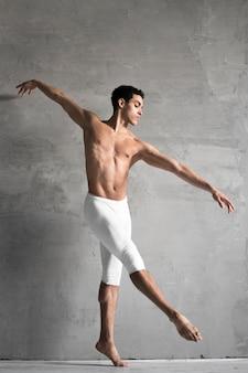 Vista lateral del bailarín de ballet masculino
