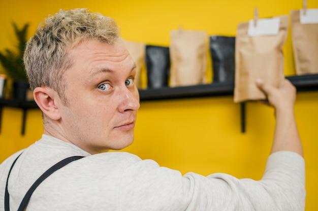 Vista lateral del barista masculino en el trabajo