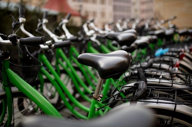 Vista lateral de bicicletas de la ciudad en dresden