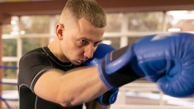 Vista lateral del boxeador masculino
