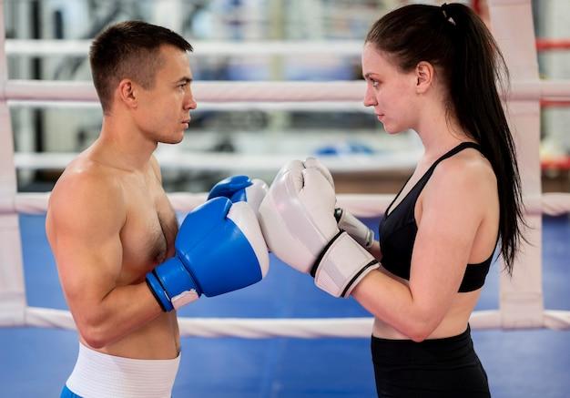 Vista lateral de boxeadores masculinos y femeninos