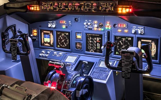 Vista lateral de la cabina en simulador de vuelo casero