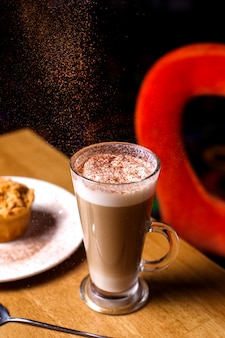 Vista lateral de café con leche con espuma de leche