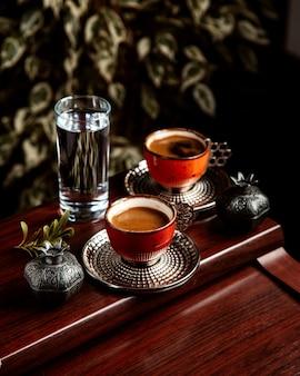 Vista lateral del café turco tradicional