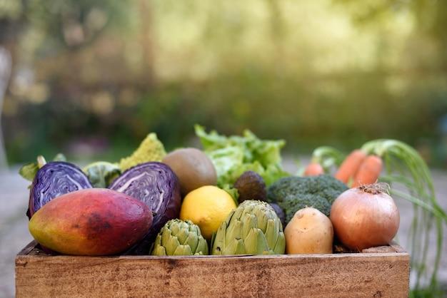 Vista lateral de la canasta de madera orgánica de verduras para llevar a casa