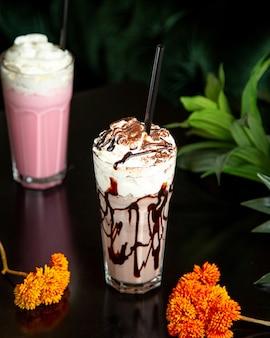 Vista lateral de canela helado de café