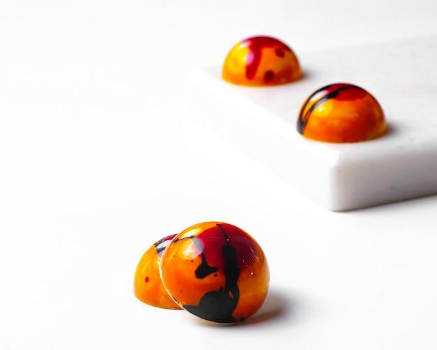 Vista lateral de caramelos de chocolate blanco de halloween blanco