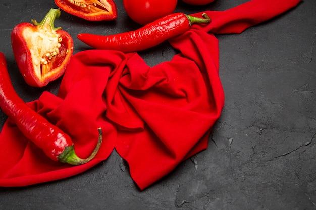 Vista lateral de cerca verduras pimientos picantes pimientos sobre el mantel
