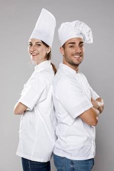 Vista lateral de chefs femeninos y masculinos