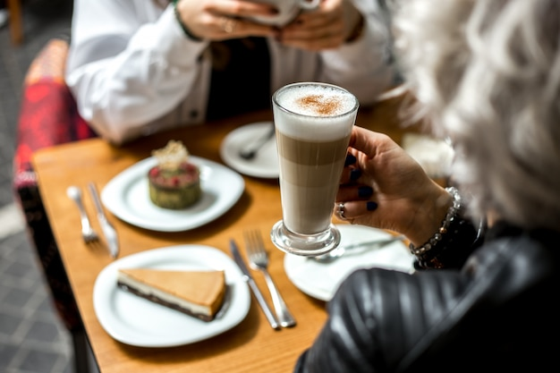 Vista lateral chica bebe café con leche