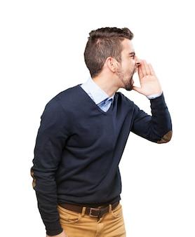 Vista lateral de chico gritando a alguien