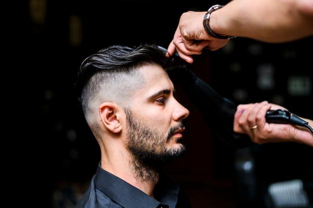 Vista lateral del cliente en la peluquería