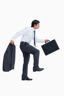Vista lateral del comerciante ambulante con maleta y chaqueta