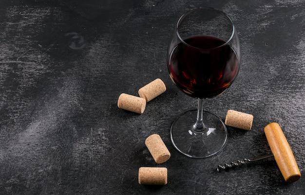 Vista lateral copa de vino con espacio de copia en piedra negra horizontal