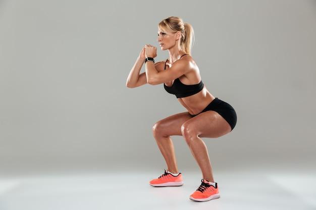 Vista lateral de cuerpo entero de una deportista concentrada