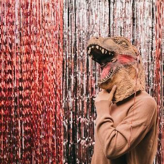 Vista lateral dinosaurio en fiesta de carnaval
