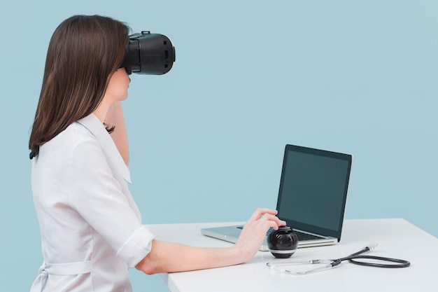 Vista lateral de la doctora con casco de realidad virtual