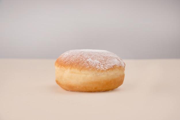 Vista lateral de donut con polvo
