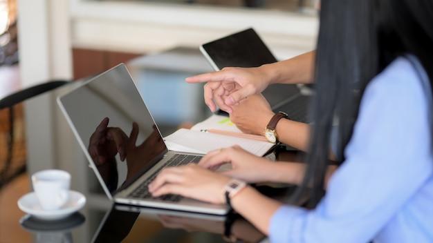 Vista lateral de dos empresarios informando sobre su proyecto