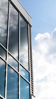 Vista lateral del edificio con grandes ventanales