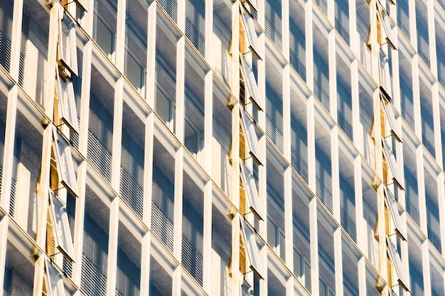 Vista lateral del edificio con ventanas abiertas