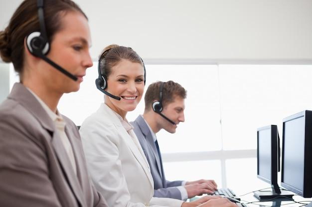 Vista lateral de los empleados de la oficina de servicio telefónico