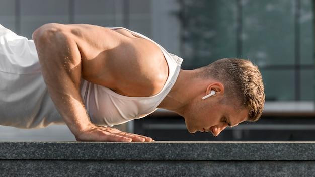 Vista lateral entrenamiento atlético hombre