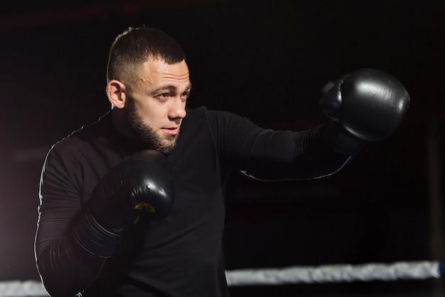 Vista lateral del entrenamiento de boxeador en guantes protectores